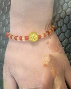 bracelet en perles de verre givrée rouge et jaune