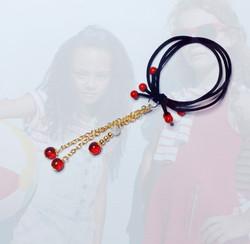 Elastique en perles de verre rouge et pendentifs or