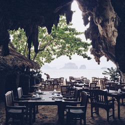 Not your usual restaurant interior (or exterior) 😍 Dinner at The Grotto was magical 👌🏻 #brigstrav