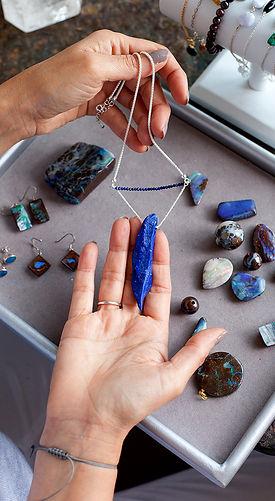 Atelier Sôma, fabrication collier argent et Lapis-lazuli. Outils de lithothérapie, bijoux made in france.