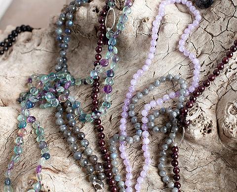 Mala, améthyste, tourmaline, fluorine. Atelier Sôma. Outils de lithothérapie, bijoux made in france fabriqués à la main.