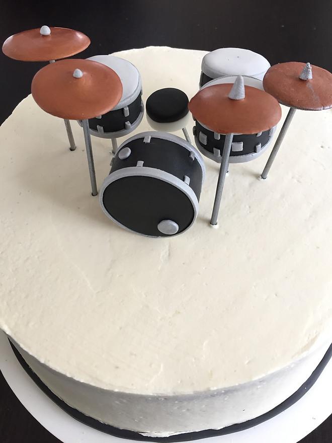 Drumstel  Taart gevuld met mokka creme, slagroom en banketbakkers room