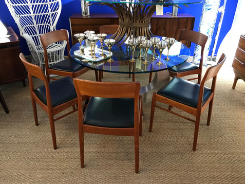 Chaises Kai Kristiansen / Table à manger Mario Sabot / fauteuil en rotin Gio Ponti / Enfilade Omann Jun