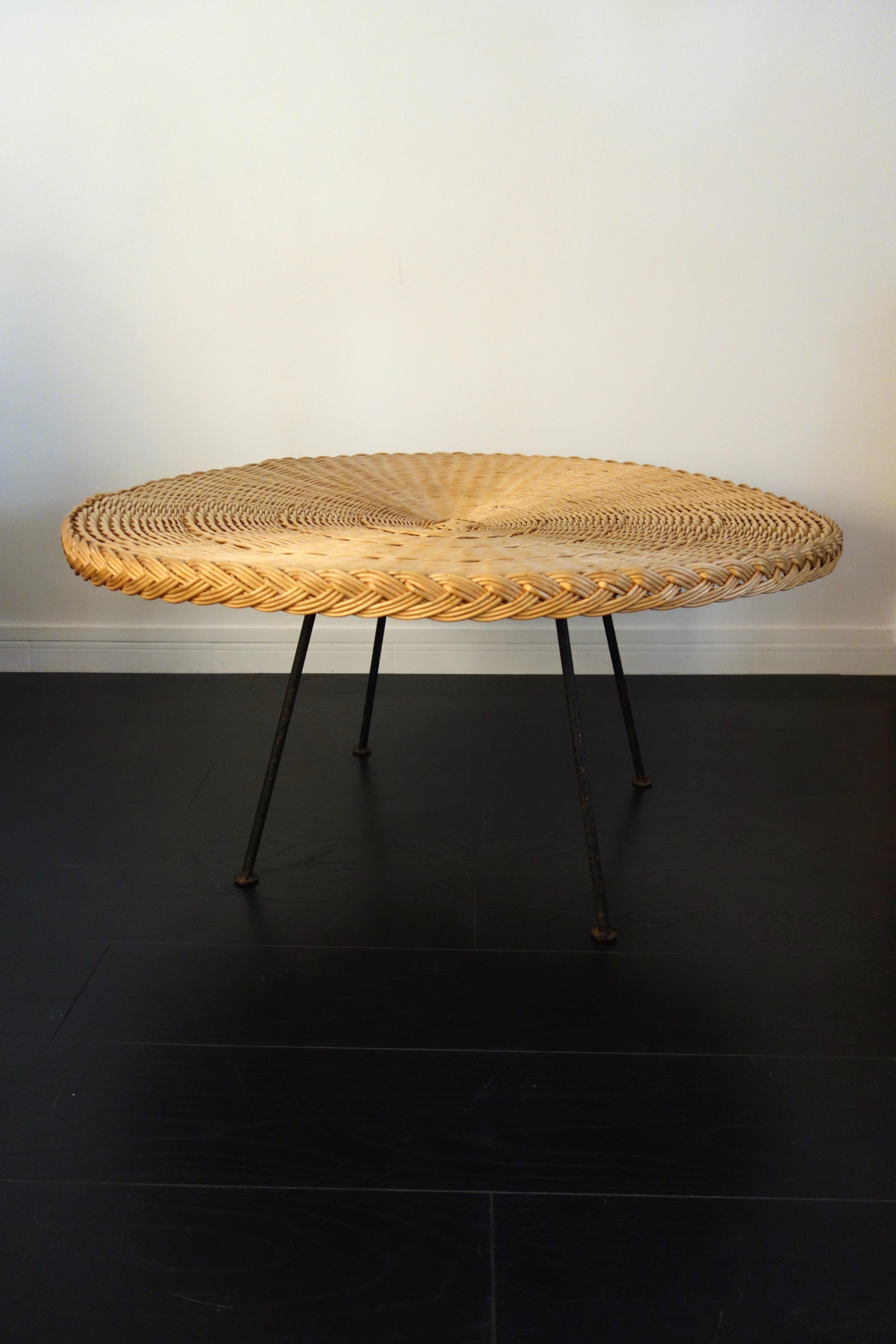 Grande table basse en rotin tressé et métal année 50
