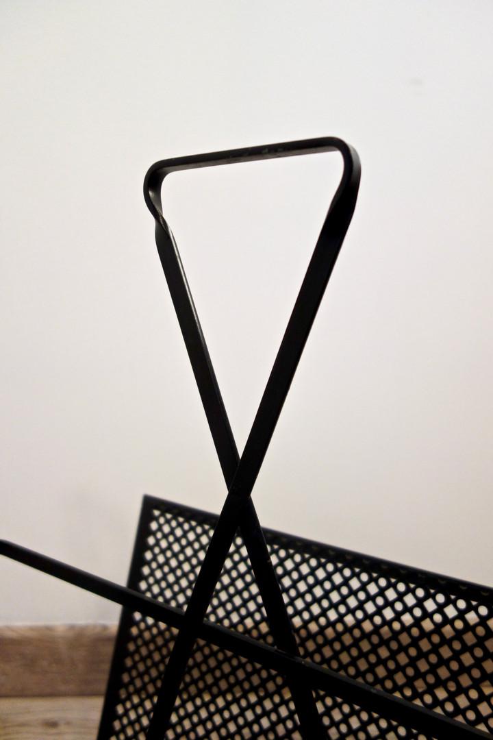 Porte revues de Mathieu Matégot en métal perforé datant des années 50