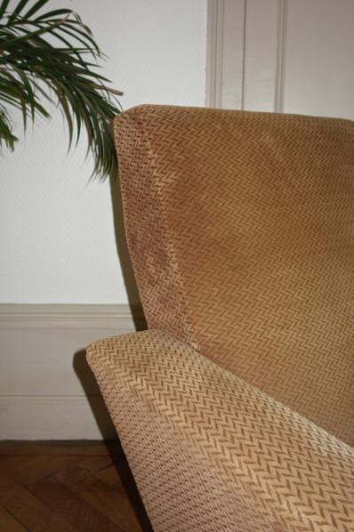 Paire de fauteuils en velours des années