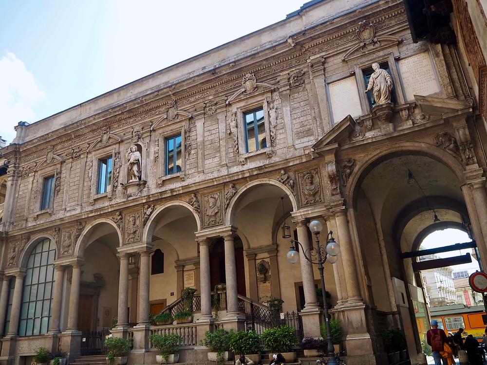 milan-piazza-mercanti-buildings