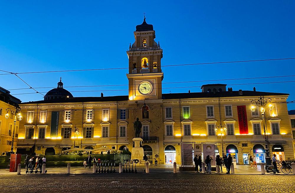 parma-italy-city-center-night-4