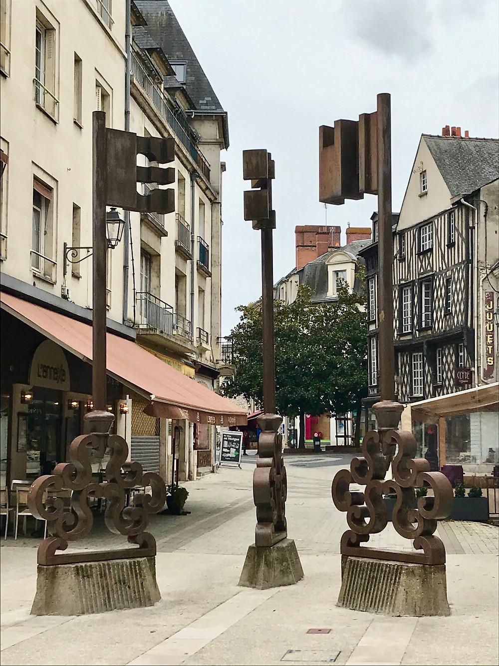 blois-old-town-art-three-keys-sculpture