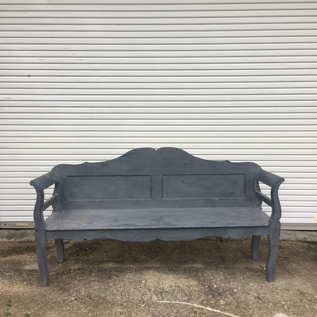 This vintage bench is perfect for a lounge setup.  Dimensions: Quanityt: 1
