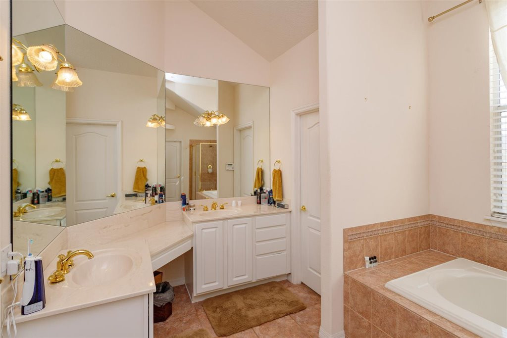 15-Master Bathroom.jpg