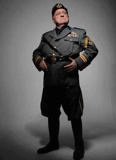 Il Duce domina (Yo, Mussolini) muy bajo.