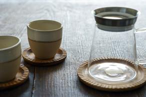 食卓をさり気なく良い雰囲気に彩ってくれるチークで作られたアイテム。