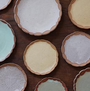 優し気なパステルトーンの色彩とリム部分の質感や土色とのコントラストも美しい渡邉奈津子さんのプレート