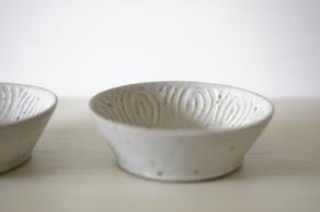 伊藤豊さんの絶妙な行き過ぎないバランス感覚は、お料理を引き立てつつも、焼物としての偶然の面白さやハッとするような美しさがあるのです。