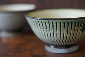 淡い緑色のお茶碗や、独特な味わい深さと趣が感じられる焼き上がりの飛び鉋8寸皿。