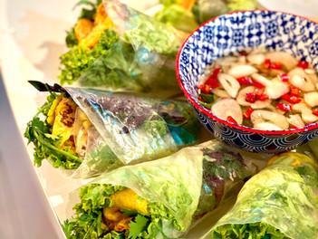 Bánh Xèo, vietnamská syčící palačinka s krevetami a bylinkami