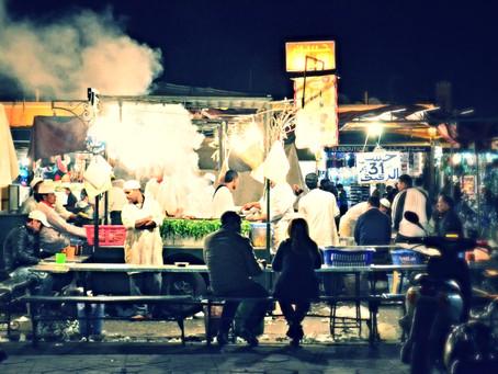 Náměstí Jemaa El Fná v Marakeshi je po setmění plné úžasného jídla