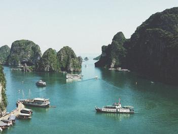 Ha Long Bay ve Vietnamu - tisíce skalních útvarů, jeskyně, perly, kayaking i plovoucí vesnice.