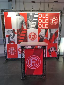 Mobiler Infostand Fortuna-F95 Düsseldorf Messewand und Messetheke aus mobiler Messetraverse