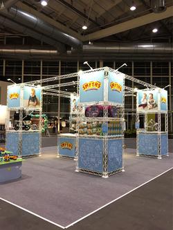 Smyth-Toys-Messestand mobil Inselstand aus weißer Messetraverse für den werkzeugfreien Aufbau