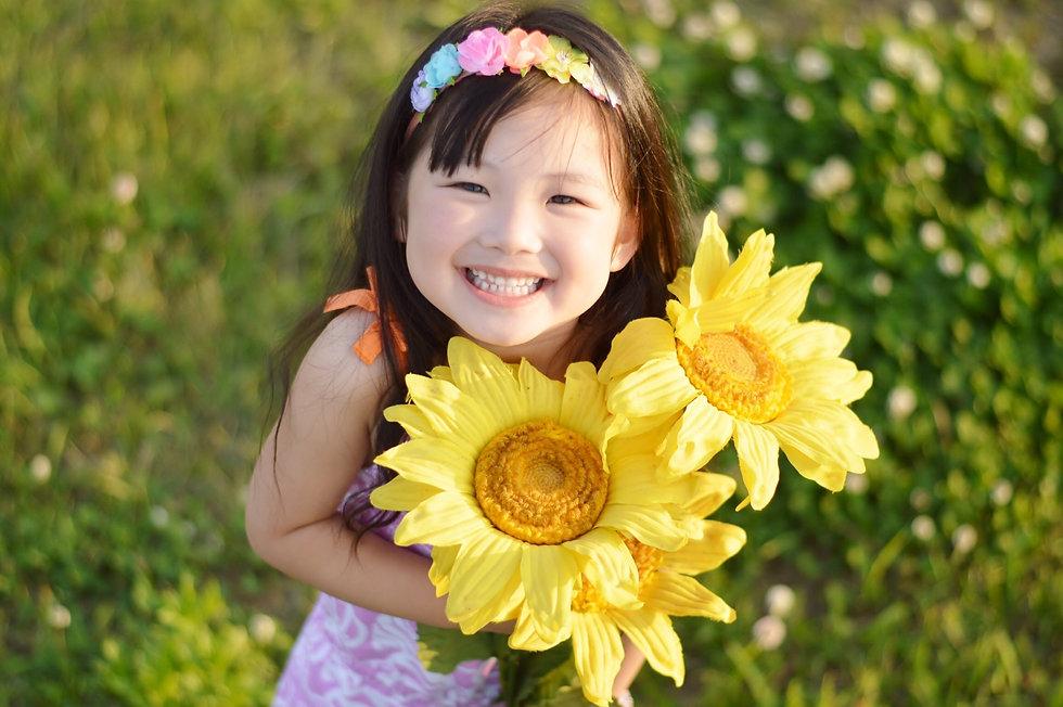向日葵を持つ女の子