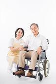 車椅子の男性と看護師