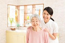 高齢者と看護師
