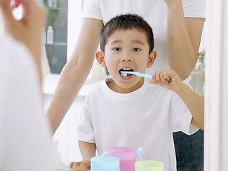 歯をみがく男の子