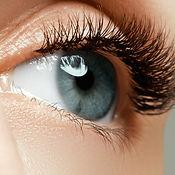 Weibliches Auge mit langen Wimpern