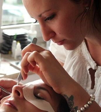 PinUp Beauty Phoebe Stevenson behandelt eine Kundin bei einer Wimpernverlängerung.