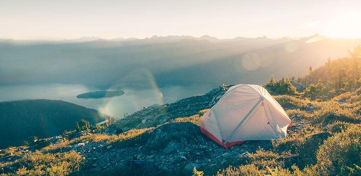 山脈でキャンプ