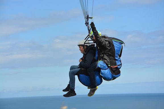 paragliding-3604073_1920.jpg