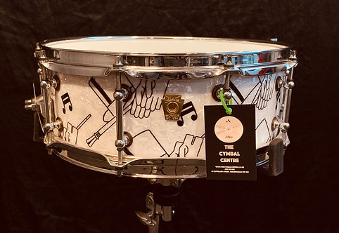 Ludwig Classic Maple Gold Badge Ltd White Graphic 7 Ply Maple Tube Lugs