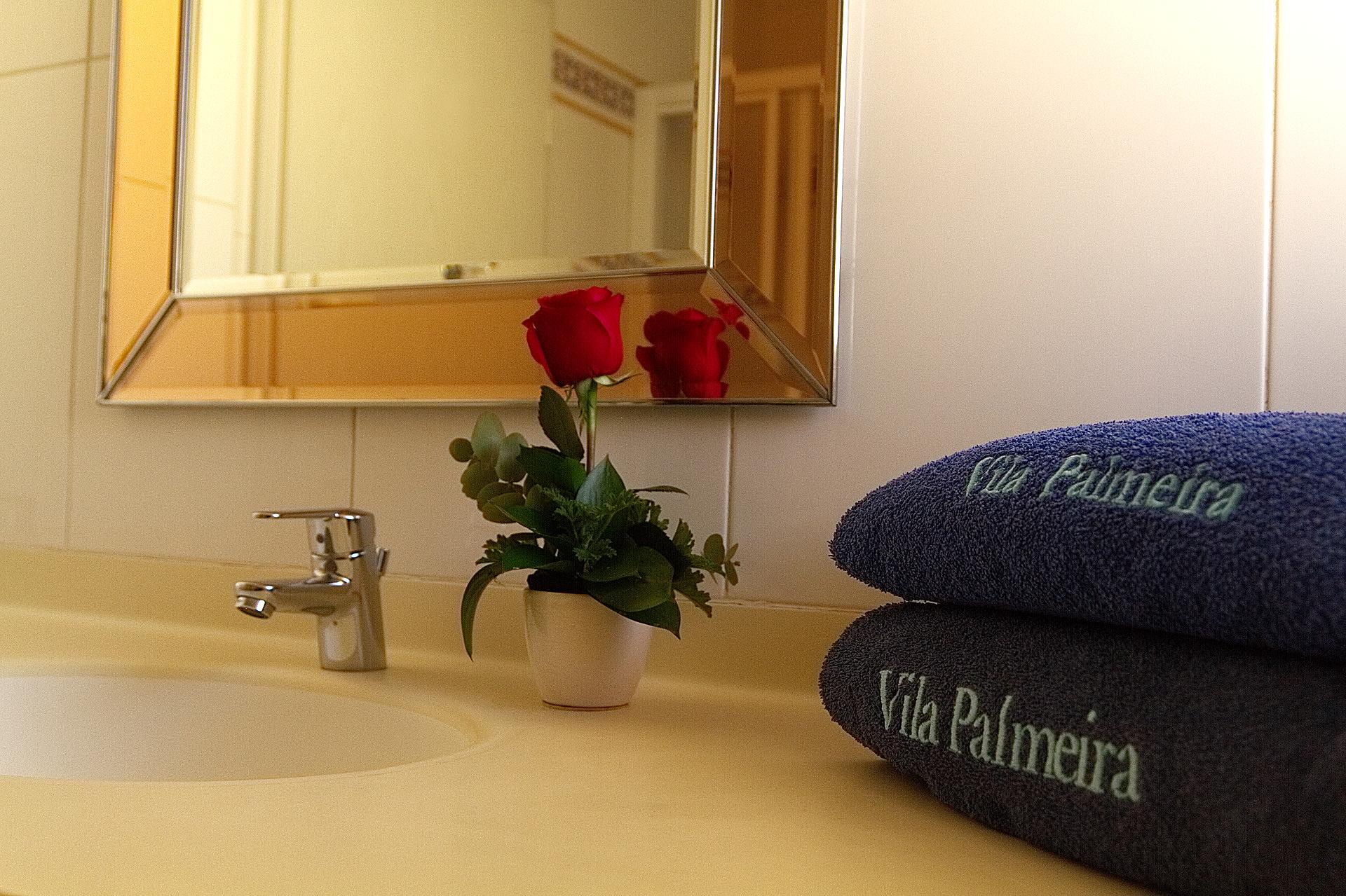 casa de banho com chuveiro + toalhas
