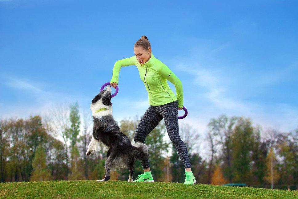 בחורה משחקת פולר עם כלב