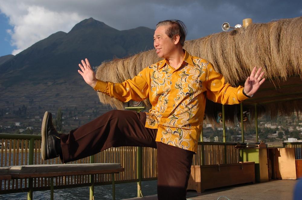 El Gran Mestro Wong Kiew Kit ejecutando una Técnica de Taijiquan
