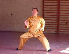 Gran Maestro Wong Kiew Kit mostrando Zen de Disparar con un Dedo