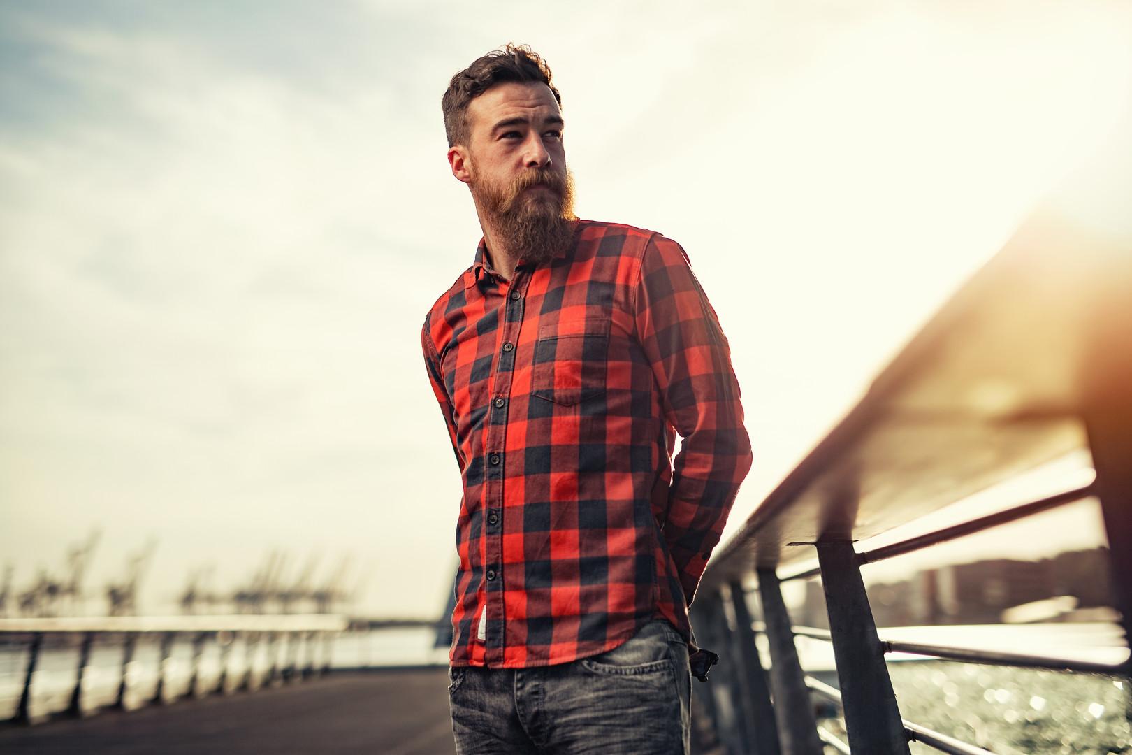 El hombre con camisa de franela
