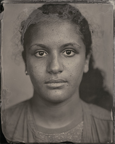 »In meinen Augen erkenne ich die Augen meiner Mutter. Ich komme aus Tunesien, werde aber oft für eine Afghanin gehalten. Mein Bruder ist das Gegenteil von mir, aber ich mag es wie ich bin.«