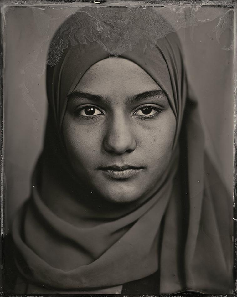 »Wenn ich in den Spiegel schaue, sehe ich meine türkische Herkunft an meinen dunklen Augen und meinem Kopftuch. Ich mag meine Haut,sie ist sehr weich und mir gefällt die Form meiner Augenbrauen.«
