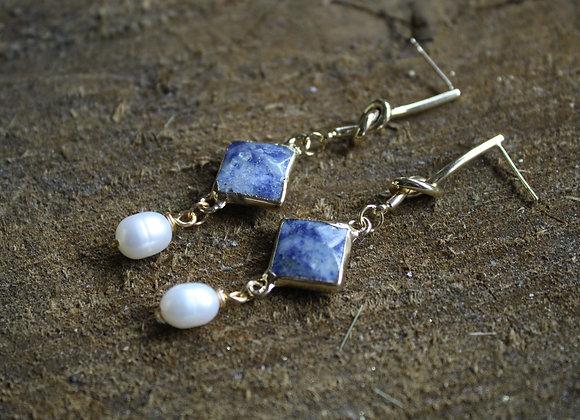 """Boucles d'oreilles """"Daphnée"""" plaquées or en Sodalite et Perles d'eau douce."""