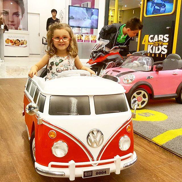 Olha que estilosa que ela ficou no volante da nossa Kombi!__#CARS4KIDS _#BalnearioShopping _#Kombi_#