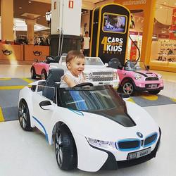 Olha a felicidade dele a bordo de nossa BMW i8! Também, estar no volante dessas super máquinas faz q
