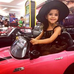 A Bárbara se divertiu a bordo de nosso Mini Cooper Rosa fantasiada de bruxinha! _Mas fala a verdade,