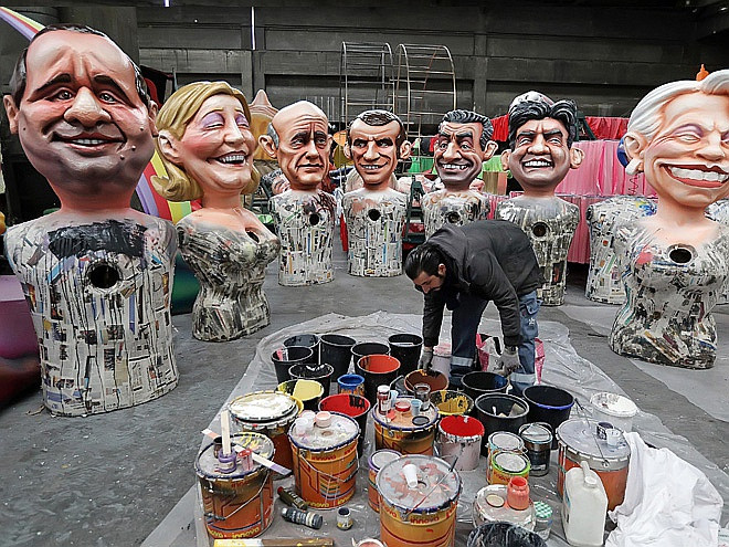 Последние штрихи к фигурам французских политиков, в том числе Франсуа Олланда, Марин Ле Пен и Николя Саркози, перед карнавалом в Ницце. Photo: ALAMY / VOSTOCK-PHOTO