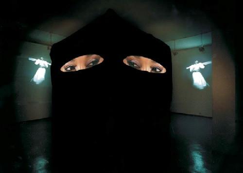 Айдан Салахова. Кааба. Видеоинсталляция. 2002. Сourtesy XL Gallery