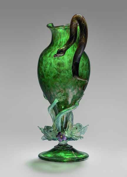 Кувшин с ручкой в виде змеи. Венеция; фирма «Сальвиати Доктор Антонио» (Salviati Dott. Antonio). Около 1878. Обесцвеченное, прозрачное зеленое,авантюриновое, лазорево-синее и опаловое стекло