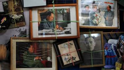 Снимки Мао Цзэдуна в антикварном магазине в Пекине. Фото: © Reuters/ Kim Kyung-Hoon