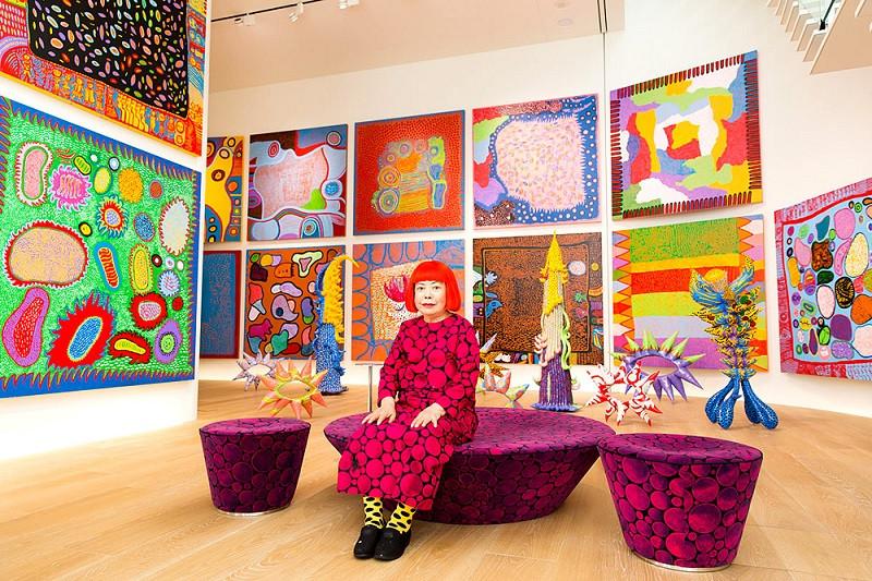Яёи Кусама с картинами в Токио © Yayoi Kusama